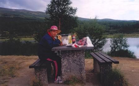 Gianni Nigro in uno spuntino in Norvegia