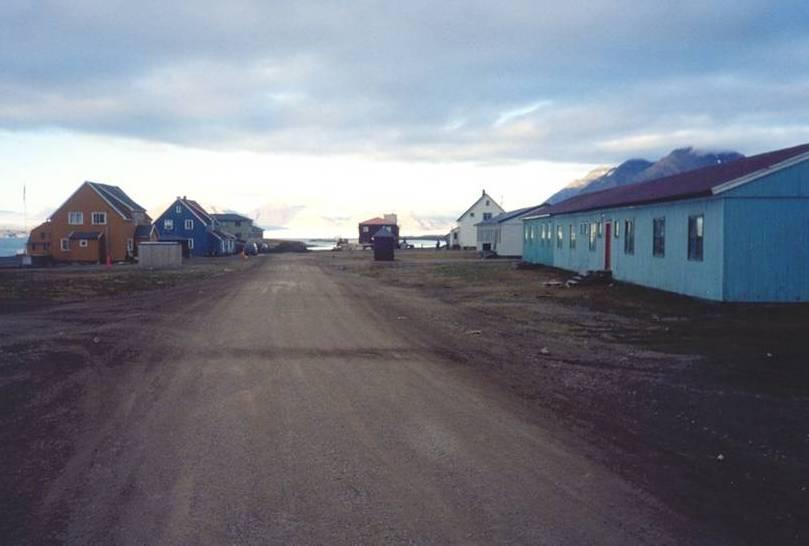 Una strada di Ny Ålesund